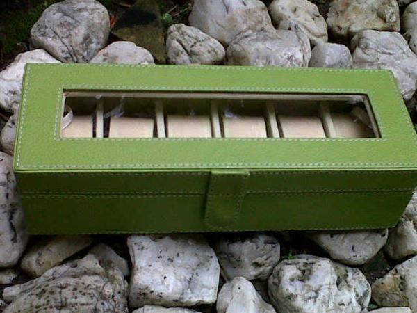 Kotak Jam tangan dengan desain elegan hijau inner crem