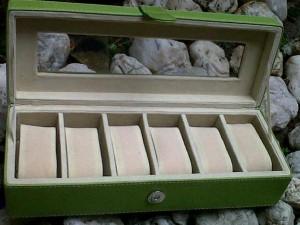 Kotak Jam tangan dengan desain elegan hijau inner crem1