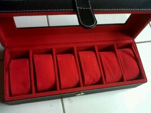 Kotak Jam tangan dengan desain elegan hitam inner merah