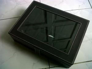 Kotak Jam tangan dengan desain elegan hitam isi 12