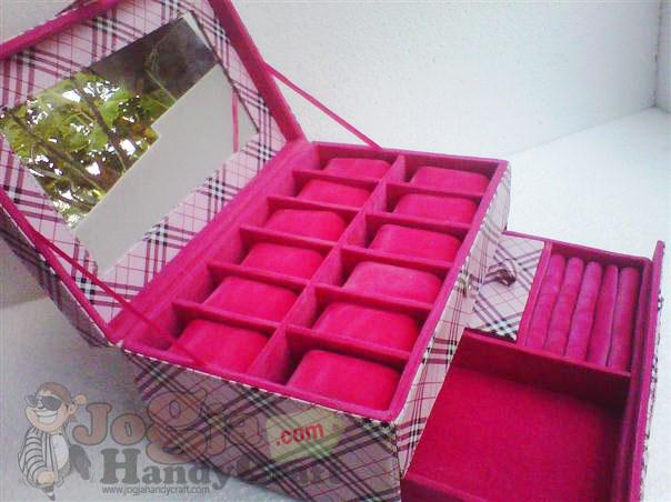 Photo of Box Jam Isi 12 Kombinasi Laci Accesories Burberry Pink