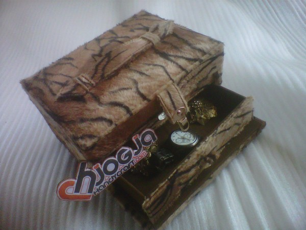 Elegan Jewelry Box Motif Macan
