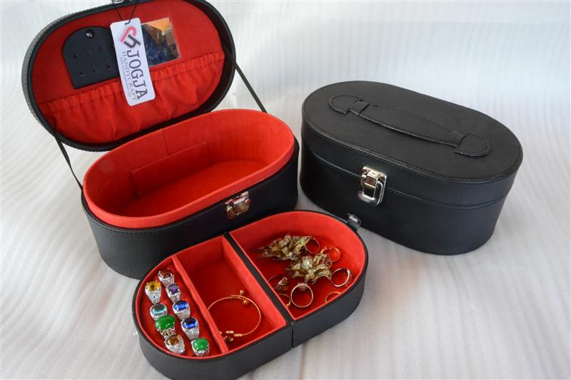 Photo of BLACK INNER RED OVALIUM JEWELRY BOX | KOTAK TEMPAT PERHIASAN DAN ACCESORIES